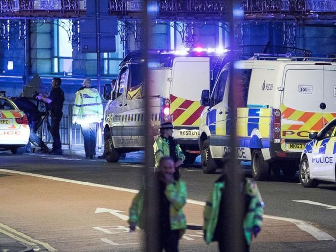 Anh: Nổ lớn nghi do khủng bố, 81 người thương vong - Ảnh 1.