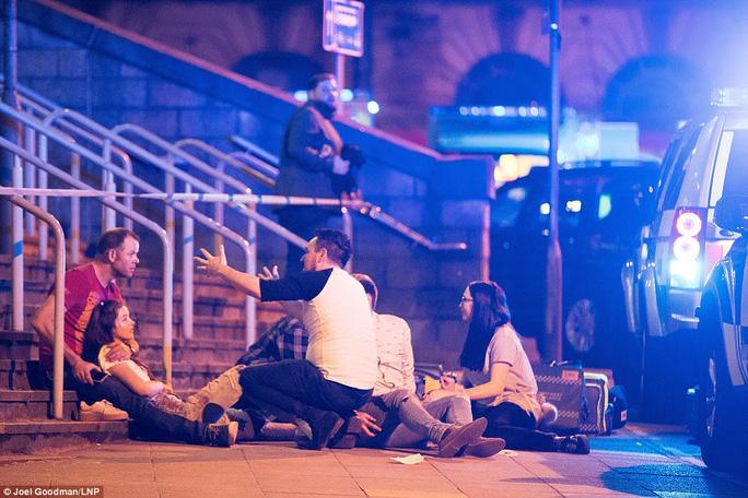 Anh: Nổ lớn nghi do khủng bố, 81 người thương vong - Ảnh 4.