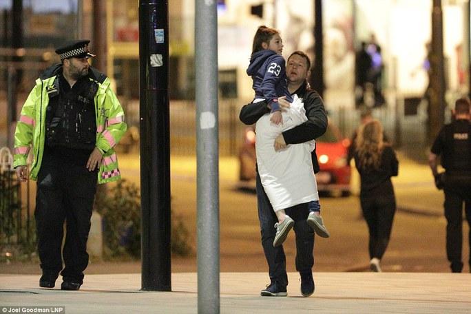 Anh: Nổ lớn nghi do khủng bố, 81 người thương vong - Ảnh 5.