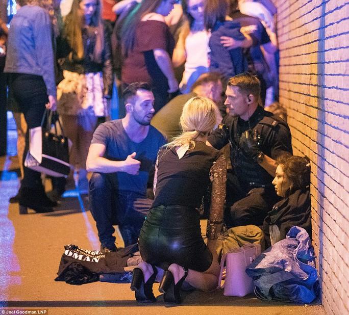 Anh: Nổ lớn nghi do khủng bố, 81 người thương vong - Ảnh 6.