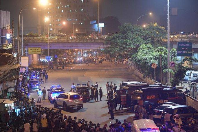 Đánh bom tự sát kép tại Indonesia, 15 người thương vong - Ảnh 1.