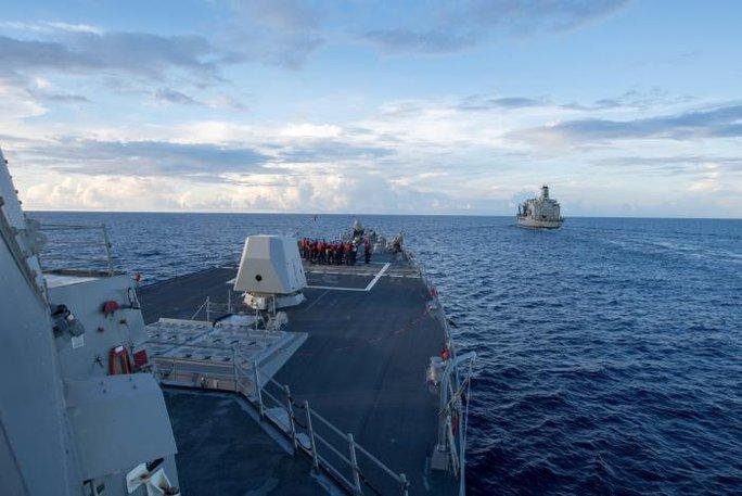 Trung Quốc xua đuổi tàu chiến Mỹ áp sát đảo nhân tạo xây trái phép - Ảnh 1.