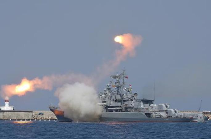Tàu Nga phóng tên lửa hành trình tấn công IS ở Syria - Ảnh 1.