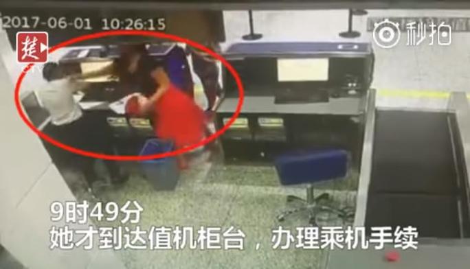 Đi trễ, hành khách Trung Quốc tát nhân viên sân bay - Ảnh 1.