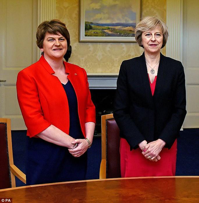 Bà Theresa May đang là con tin  ở Downing Street - Ảnh 2.