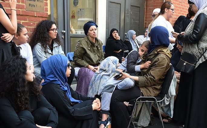 Vụ cháy ở London: Người Hồi giáo cứu sống nhiều cư dân - Ảnh 2.