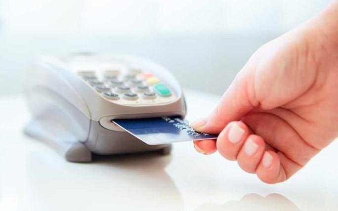 Dùng thẻ tín dụng giả mua smartphone tại Sài Gòn - Ảnh 1.