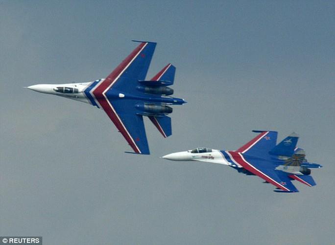 Máy bay Nga lao nhanh, áp sát máy bay Mỹ - Ảnh 1.