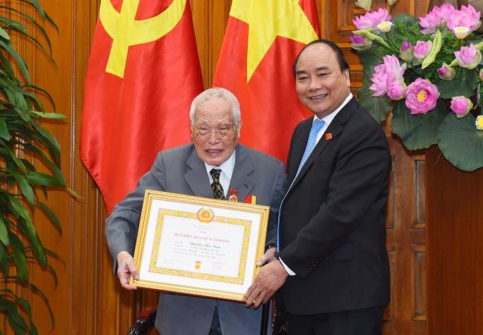 Trao Huy hiệu 50 năm tuổi Đảng cho nguyên Thủ tướng Nguyễn Tấn Dũng - Ảnh 2.