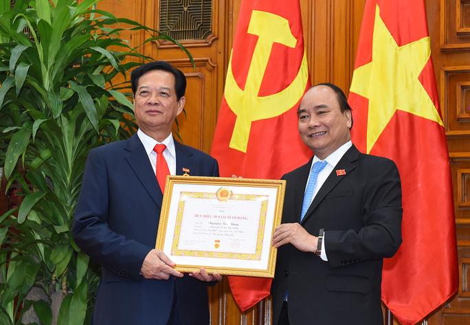 Trao Huy hiệu 50 năm tuổi Đảng cho nguyên Thủ tướng Nguyễn Tấn Dũng - Ảnh 1.