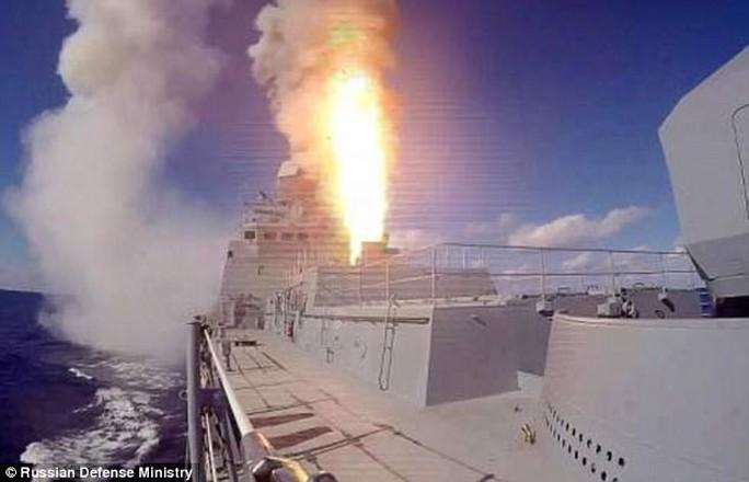 Chạy khỏi Raqqa, IS trúng tên lửa Nga  - Ảnh 1.
