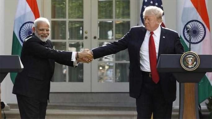 Gặp Thủ tướng Ấn Độ, TT Donald Trump hào phóng những cái ôm - Ảnh 2.