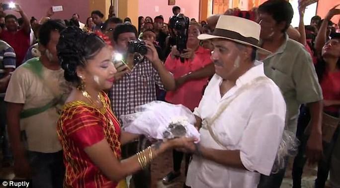 Mexico: Thị trưởng cưới cô dâu cá sấu để cầu may - Ảnh 1.