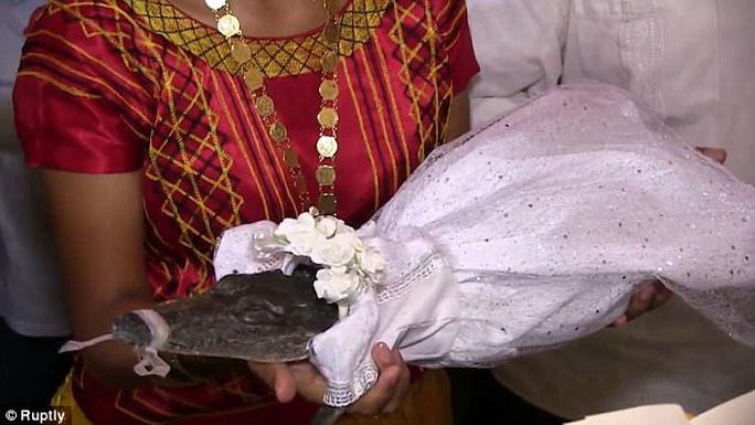 Mexico: Thị trưởng cưới cô dâu cá sấu để cầu may - Ảnh 3.