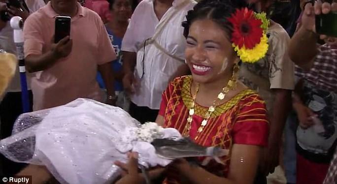 Mexico: Thị trưởng cưới cô dâu cá sấu để cầu may - Ảnh 5.