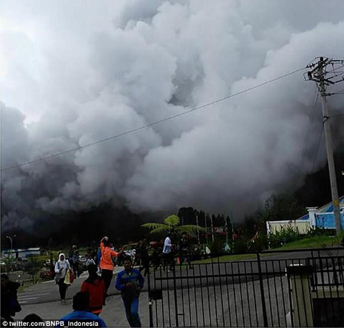 Đi cứu nạn nhân núi lửa, 8 người chết do rơi trực thăng - Ảnh 1.