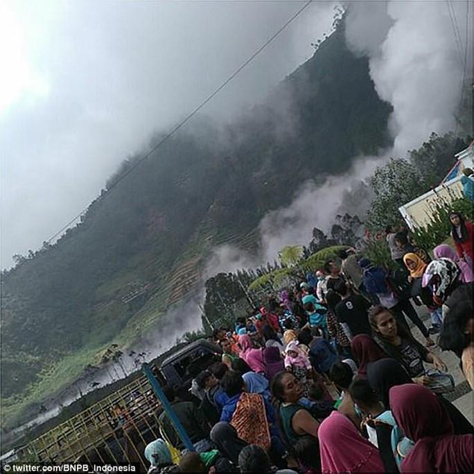 Đi cứu nạn nhân núi lửa, 8 người chết do rơi trực thăng - Ảnh 2.