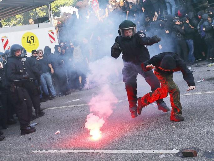 Đụng độ bạo lực phản đối G20 tại Đức, 76 cảnh sát bị thương - Ảnh 1.