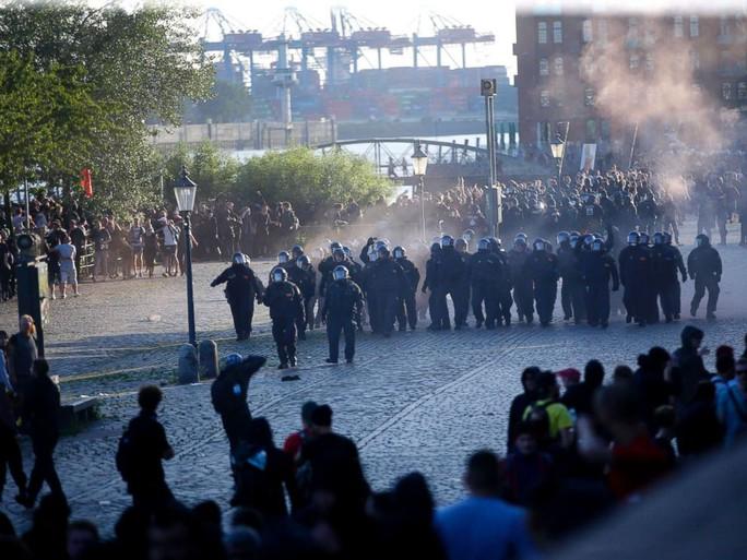 Đụng độ bạo lực phản đối G20 tại Đức, 76 cảnh sát bị thương - Ảnh 2.