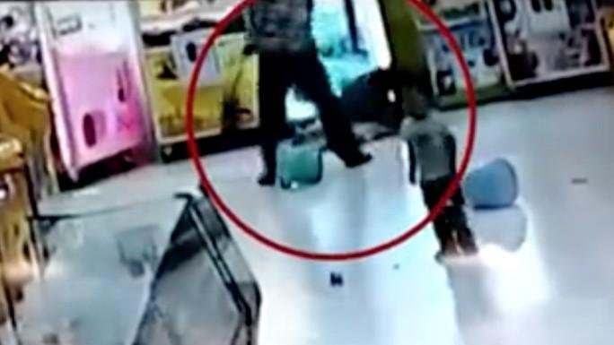 Trung Quốc: Cha lấy chổi siêu thị đánh con gái - Ảnh 1.