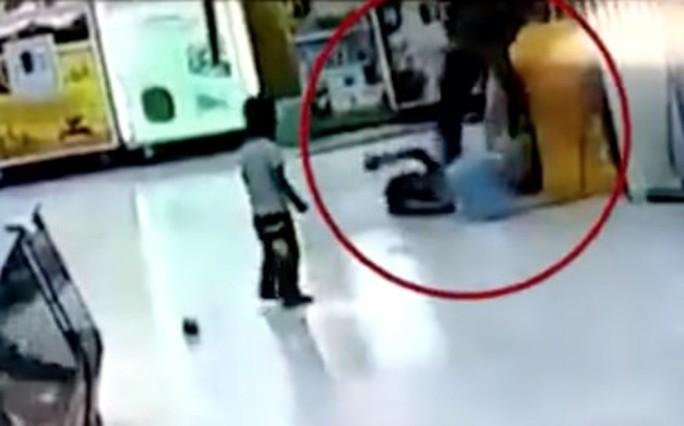 Trung Quốc: Cha lấy chổi siêu thị đánh con gái - Ảnh 2.