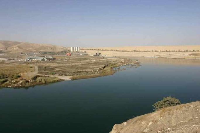 Thất thủ ở Mosul, các tay súng IS đồng loạt nhảy sông - Ảnh 1.