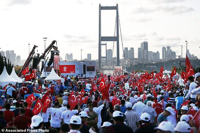 Tổng thống Thổ Nhĩ Kỳ thề lấy đầu kẻ phản bội - Ảnh 2.