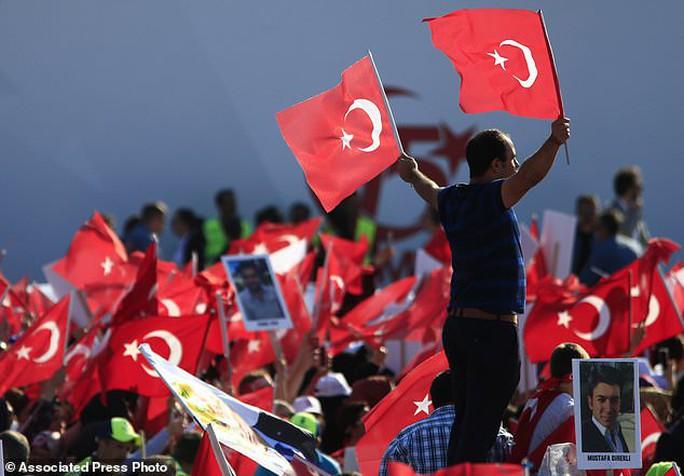 Tổng thống Thổ Nhĩ Kỳ thề lấy đầu kẻ phản bội - Ảnh 4.