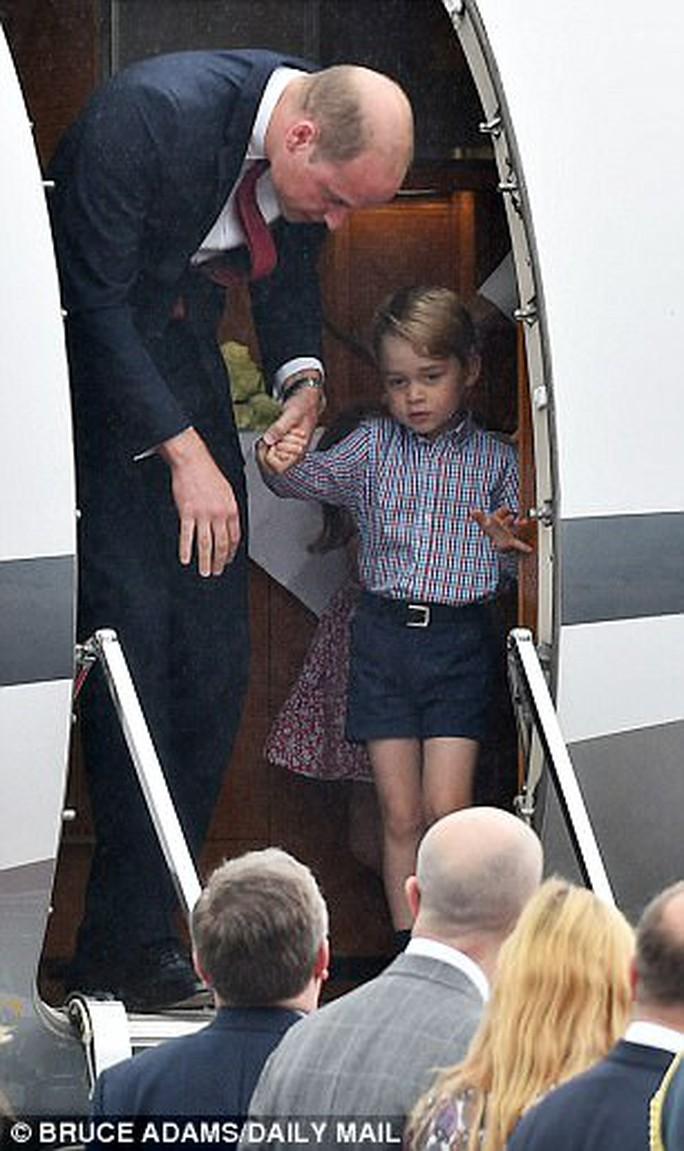 Hoàng tử bé George líu ríu tại sân bay Ba Lan siêu dễ thương - Ảnh 2.