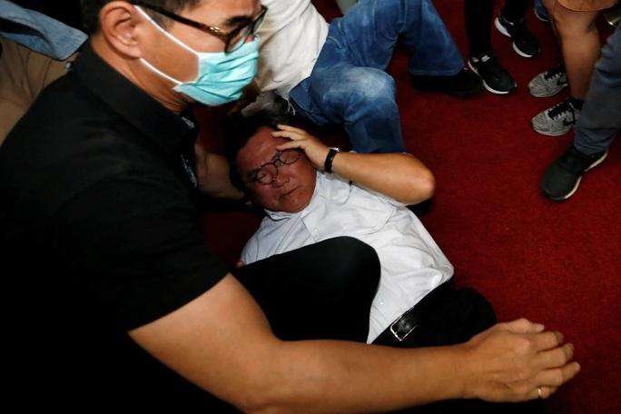 Choảng nhau bầm dập trong cuộc họp của nghị sĩ Đài Loan - Ảnh 1.