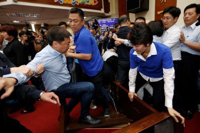 Choảng nhau bầm dập trong cuộc họp của nghị sĩ Đài Loan - Ảnh 2.