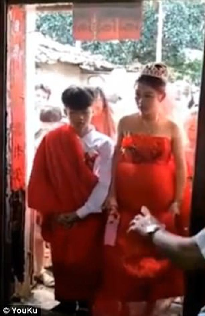 Cô dâu 13 tuổi ôm bụng bầu làm đám cưới gây sốt - Ảnh 2.