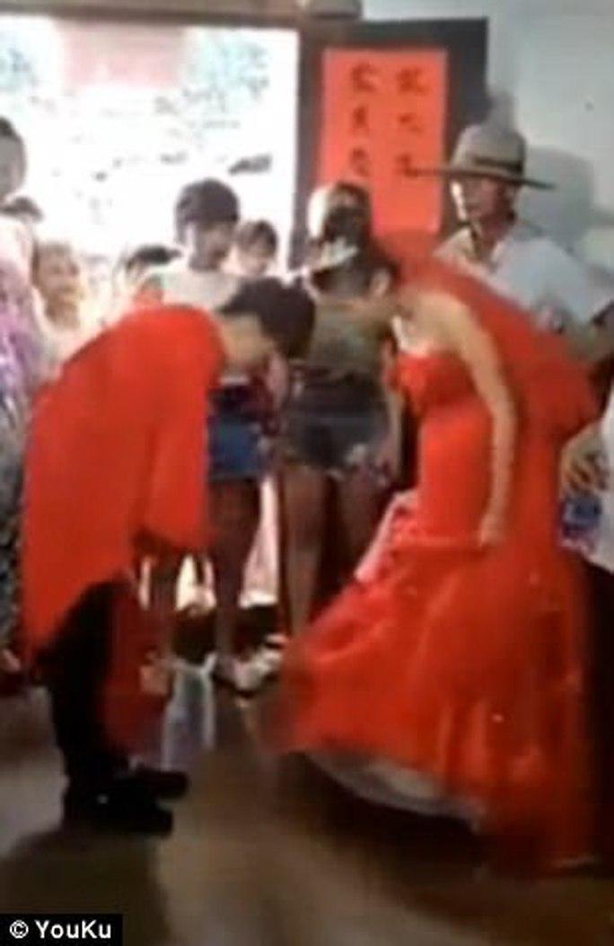 Cô dâu 13 tuổi ôm bụng bầu làm đám cưới gây sốt - Ảnh 3.
