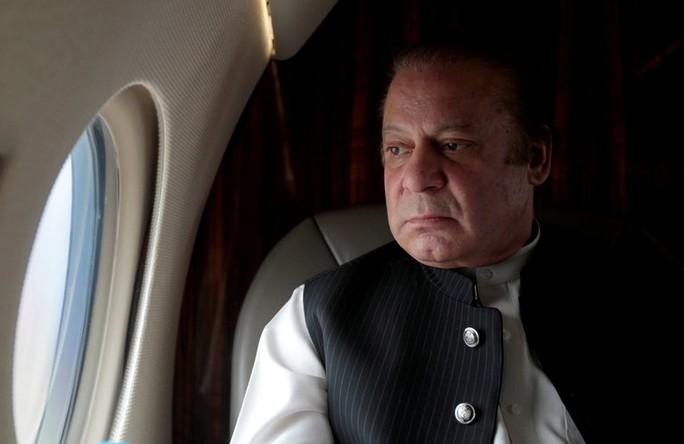 Thủ tướng Pakistan bất ngờ bị buộc từ chức - Ảnh 1.