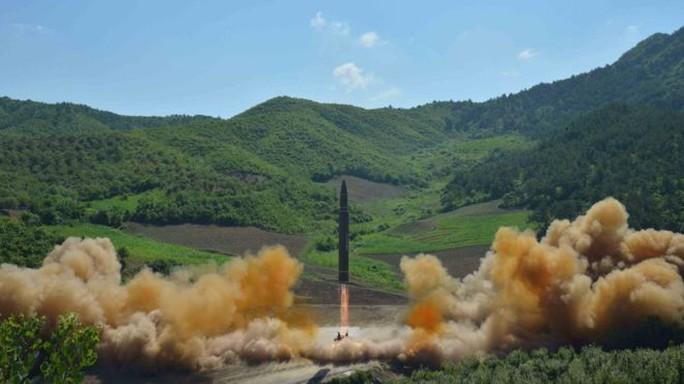 Triều Tiên bắn tên lửa ban đêm - Ảnh 1.