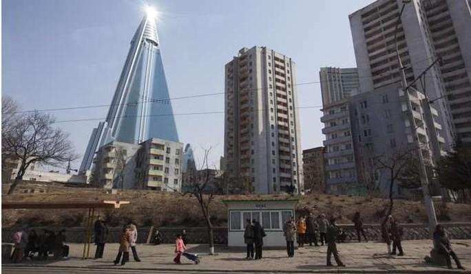 Bắn tên lửa xong, Triều Tiên xử tiếp khách sạn hoang phế vài thập kỷ? - Ảnh 1.