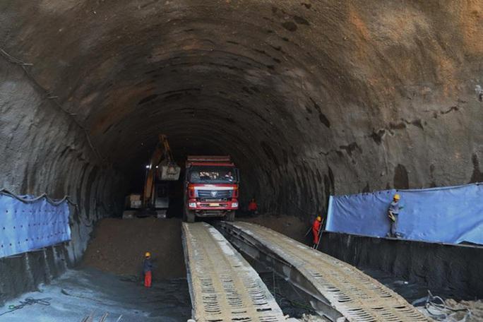 Trung Quốc: Đường sắt cao tốc chạy ngầm dưới Vạn Lý Trường Thành - Ảnh 1.