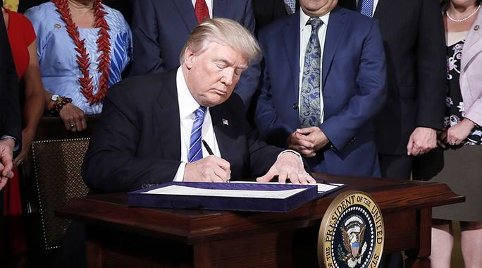 Tổng thống Mỹ ký dự luật trừng phạt Nga trong phòng kín - Ảnh 1.