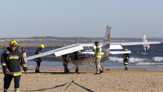 Hạ cánh khẩn cấp trên bãi biển, máy bay đụng chết 2 người - Ảnh 1.