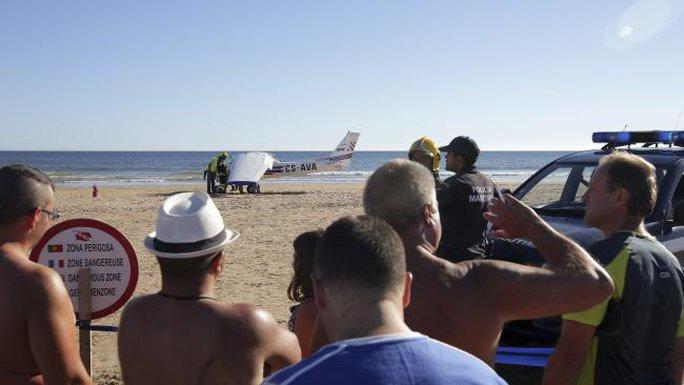Hạ cánh khẩn cấp trên bãi biển, máy bay đụng chết 2 người - Ảnh 2.