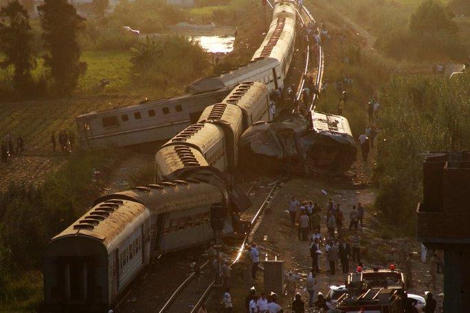 Ai Cập: Tàu hỏa đâm nhau, hơn 100 người thương vong - Ảnh 1.