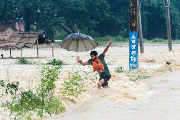 Nepal: Lũ lụt nghiêm trọng, người dân sơ tán bằng voi - Ảnh 4.