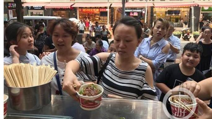 Tìm được nhẫn cầu hôn, doanh nhân đãi hàng ngàn người ăn mì - Ảnh 1.