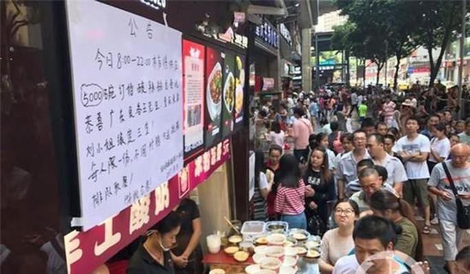 Tìm được nhẫn cầu hôn, doanh nhân đãi hàng ngàn người ăn mì - Ảnh 2.
