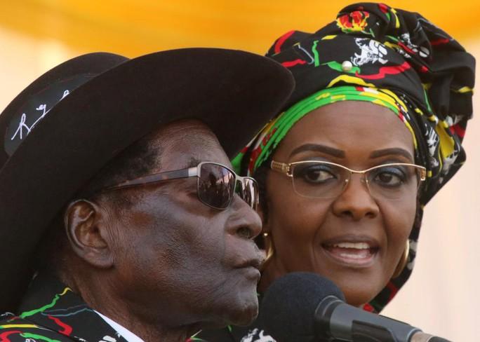 Đệ nhất phu nhân Zimbabwe đánh người mẫu bằng dây điện - Ảnh 1.