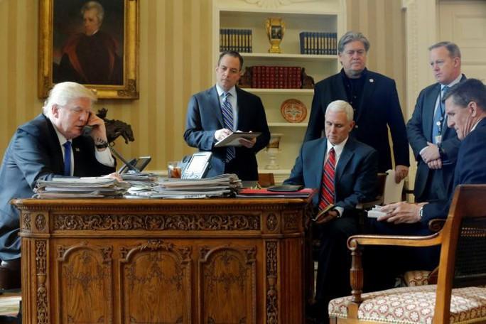 Nhà Trắng thay đổi chóng mặt sau 7 tháng - Ảnh 1.