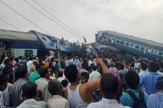 Tàu hỏa chạy tới đất thiêng trật đường ray, 95 người thương vong - Ảnh 1.