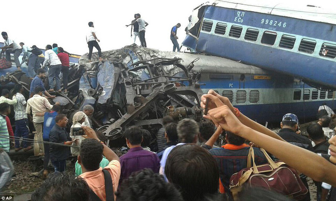 Tàu hỏa chạy tới đất thiêng trật đường ray, 95 người thương vong - Ảnh 3.