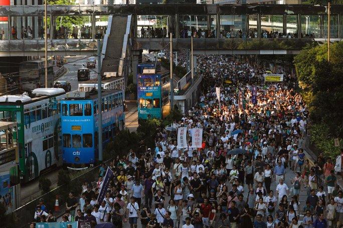 Hồng Kông: Hàng chục ngàn người đòi thả 3 thủ lĩnh sinh viên - Ảnh 1.