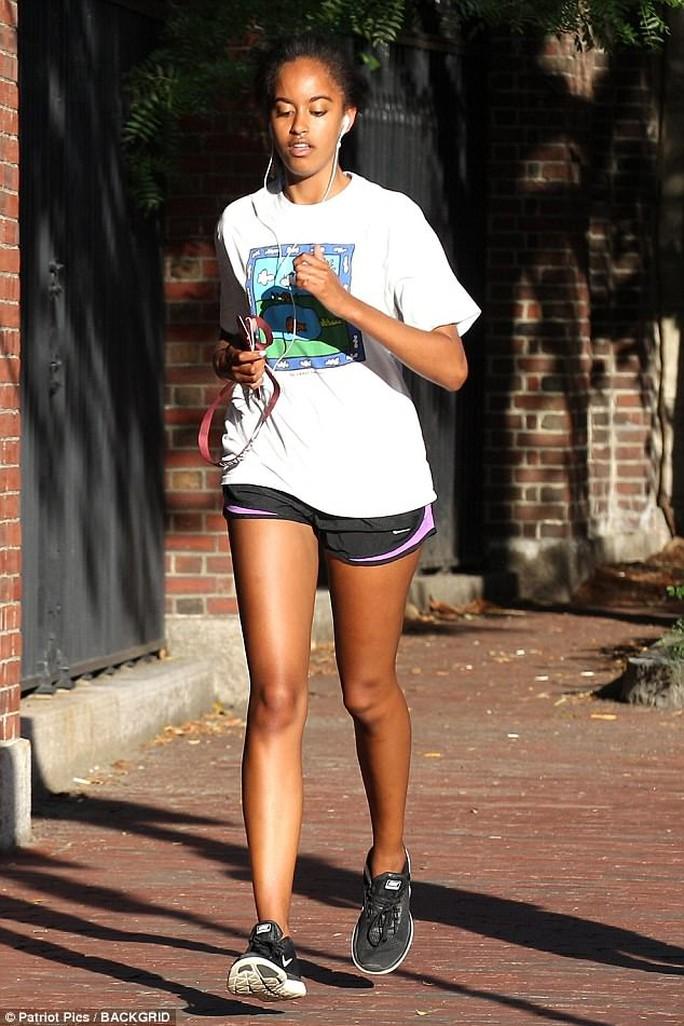 Ái nữ nhà Obama khó chịu vì bị chụp hình - Ảnh 2.
